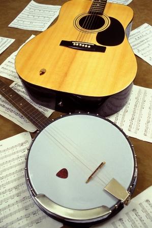 Een banjo en een gitaar op de vloer liggen