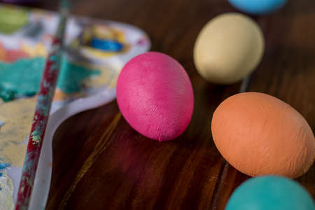 palette with paint brushes  and easter eggs Foto de archivo