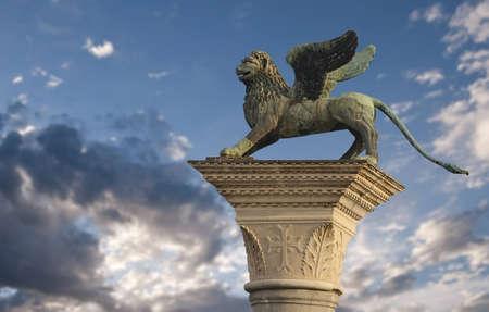 leon con alas: El león alado de San Marcos en Venecia, Italia Foto de archivo