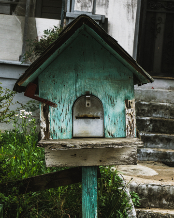 Rustic Birdhouse in Atlanta Neighborhood Stockfoto