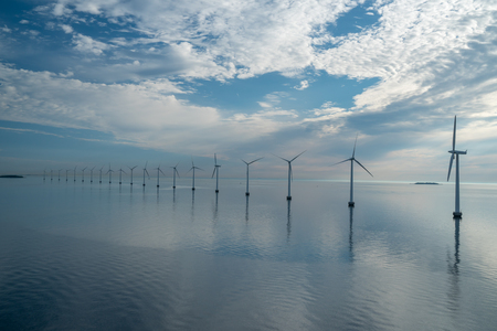 parque eólico marino de energía alternativa. Molinos de viento en el mar con reflejo en la mañana, Dinamarca Copenhague Foto de archivo