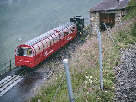29.07.2018 brienzer rothorn - old stream train arriving on the brienzer rothorn in the swiss alp Archivio Fotografico - 140784249