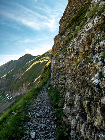mountain hiking path scary during sunny summer day swiss alps hohenweg brienzer rothorn Archivio Fotografico