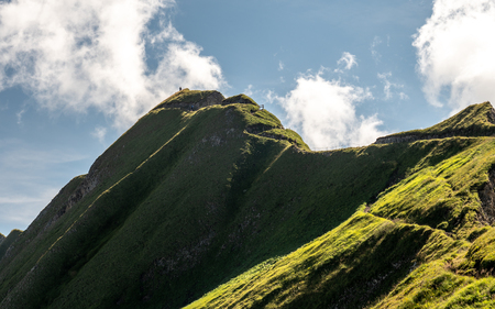 mountain hiking path scary ridge walk during sunny summer day swiss alps hohenweg brienzer rothorn Archivio Fotografico