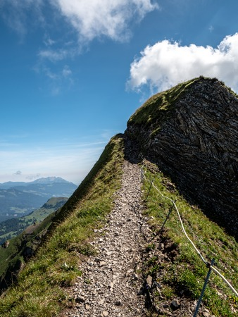 scary ridge walk high up in the swiss mountains alps hiking path brienzer rothorn hohenweg Archivio Fotografico