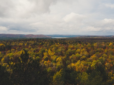 view over Fall forest and lake with colorful trees from above in Algonquin Park, Canada autumn Archivio Fotografico