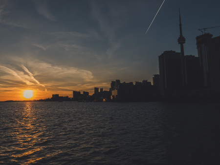 toronto with cn tower during sunset over lake ontario seen from toronto island ferry canada Archivio Fotografico - 108906189