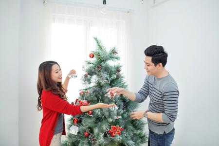 Kerstmis Aziatische paar. Gelukkige glimlachende familie thuis vieren. Nieuwjaar mensen