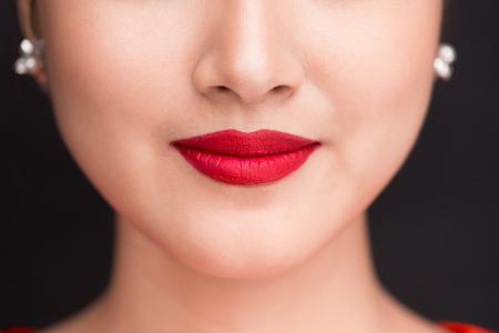 美しさ。赤いマット口紅の美しい女性の唇のクローズ アップ表示