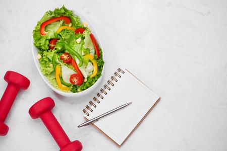Gezonde fitness maaltijd met verse salade. Dieetconcept.