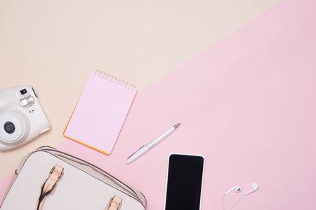 Vlak leg van vrouwelijke maniertoebehoren en witte handtas op pastelkleurachtergrond met copyspace Stockfoto