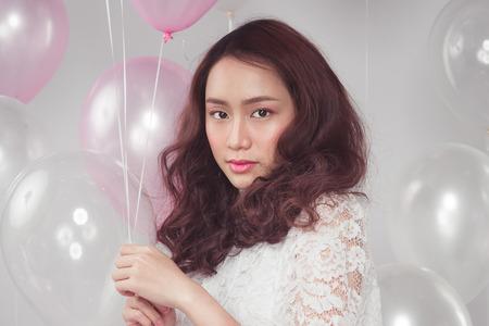Aziatische schoonheid mode vrouw met pastel ballonnen Stockfoto