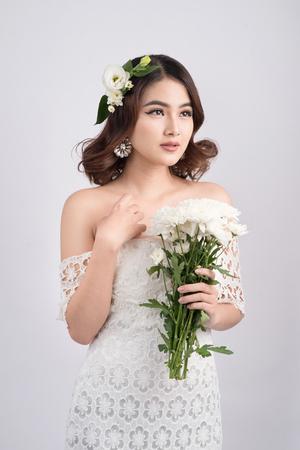 灰色の背景のアジアの女性の美しい花嫁。プロのメイクとクローズ アップの肖像画