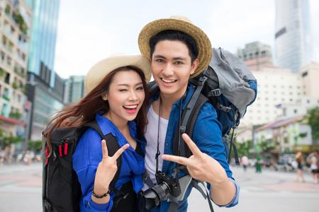 Portret van een aantrekkelijk toeristenjong paar ontspannende sightseeing