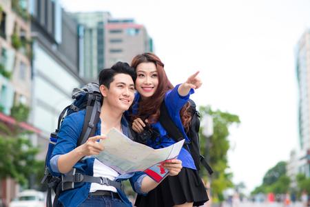 観光をリラックスできる魅力的な観光の若いカップルの肖像画 写真素材