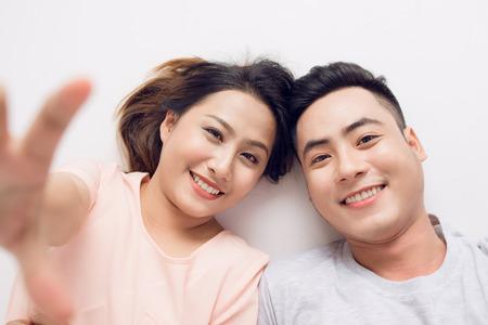 Jonge Aziatische coule die selfie foto thuis neemt Stockfoto