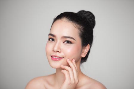 幸せ笑顔美しいアジアの女性彼女の顔に触れます。 写真素材 - 79040779