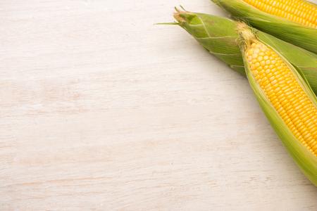 Mais dolce. Cereale fresco sulle pannocchie sulla tavola di legno. Archivio Fotografico - 79028299