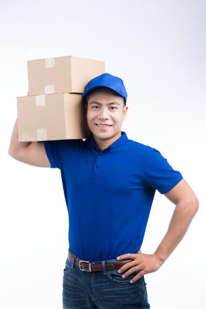 Personne de livraison. Postier asiatique avec boîte de colis. Service postal. Fond blanc. Banque d'images - 79303206