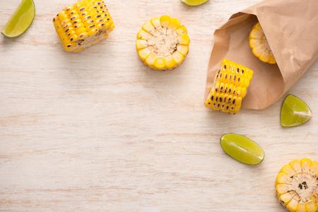 Leckeres, geschmackvolles Mais auf Holztisch Standard-Bild - 79806873