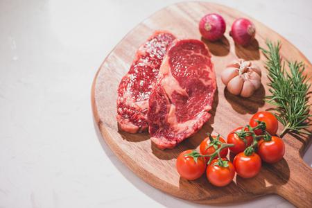 향신료와 요리 재료 커팅 보드에 원시 쇠고기. 스톡 콘텐츠