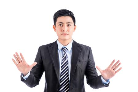 Aziatische man in zwart pak duwen lege virtuele knop op het aanraakscherm.