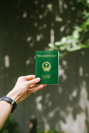 베트남어 여권 들고 남자 손입니다. 여행 준비.