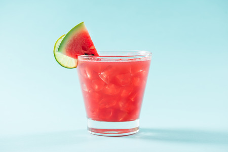 Glass of healthy watermelon juice in summertime on blue background. 版權商用圖片 - 80529263