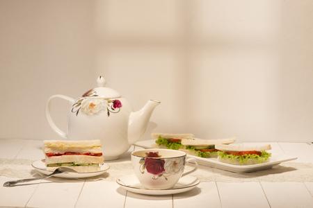 アフタヌーン ティーのテーブル。サンドイッチと紅茶セット 写真素材 - 80537480