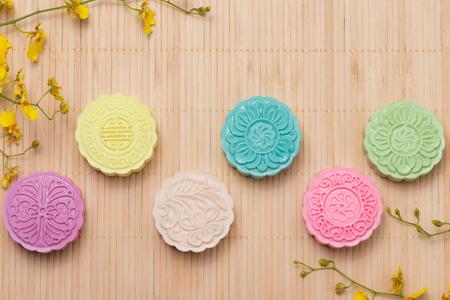 테이블 설정에 전통적인 mooncakes입니다. 눈 덮인 피부 mooncakes. 중국어 가을 축제 음식 중반.