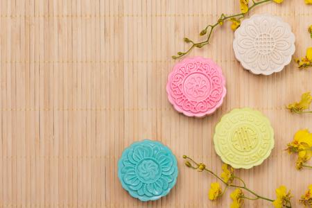 テーブルセッティングの伝統的な月餅。雪に覆われた皮膚の月餅。秋のお祭り料理半ば中国。 写真素材