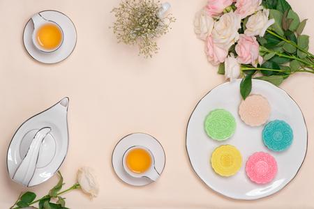 스노우 피부 mooncake의 달콤한 색상. 테이블 설정에 차와 함께 전통적인가 축제 음식.