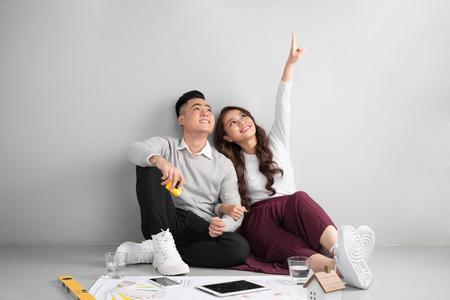 Jeune couple asiatique d'adulte assis sur la planification de la floraison de nouvelle maison. Banque d'images - 80998499