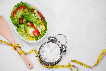 新鮮なサラダと健康フィットネス食事。ダイエットのコンセプトです。