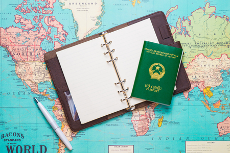 여행. 여행. 휴가 - 비행기, 카메라, 여권 및 여행지도의 윗 사진
