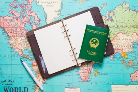 Reizen. Reis. Vakantie - Bovenaanzicht van vliegtuig, camera, paspoort en toeristische kaart