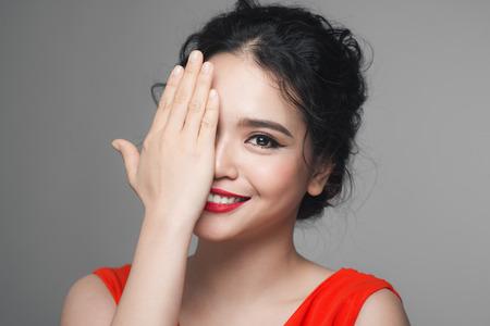 Retrato de moda de mujer asiática con peinado elegante. Maquillaje perfecto