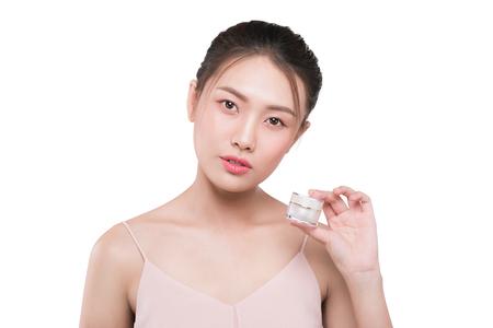 Perfect 피부 미용 제품을 들고 아시아 젊은 여자. 스톡 콘텐츠