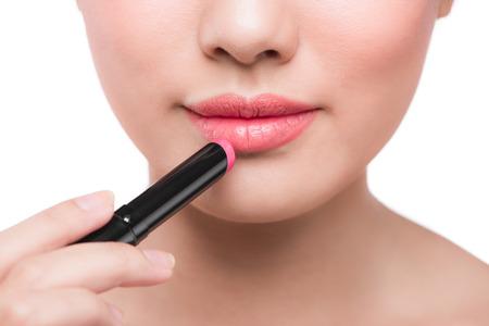 Beautiful young asian woman applying pink lipstick 版權商用圖片 - 81791331