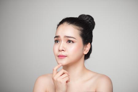 幸せ笑顔美しいアジアの女性彼女の顔に触れます。 写真素材