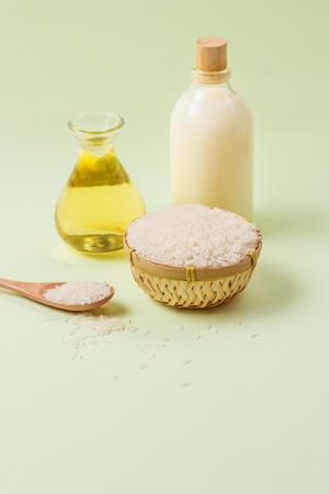 병 유리와 녹색 배경 위에 우유에 라이스 오일. 스톡 콘텐츠