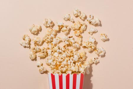 Popcorn in cartoncino rosso e bianco. Vista dall'alto Archivio Fotografico - 81996532