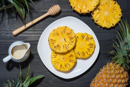 Gegrilde ananas op een zwarte houten tafel