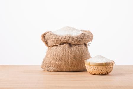 흰색 배경에 고립 된 자루에 재 스민 흰 쌀