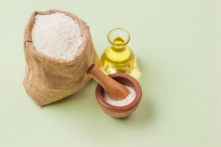 ガラス瓶と緑の背景の上のミルクの米油。