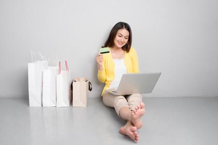 若いアジア女性ホーム リビング ショッピング袋の行以外でのオンライン ショッピング 写真素材