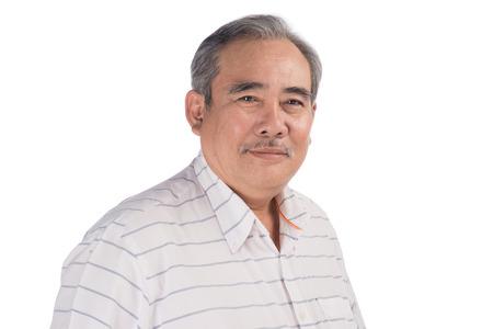 Portret van een gelukkig Aziatische senior man glimlachend geïsoleerd op wit