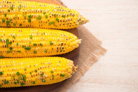 Lekker zoet gegrild maïs met uiensaus Stockfoto