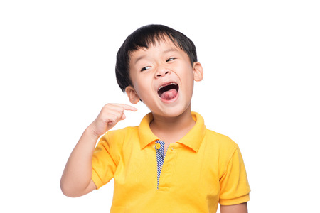 アジアの少年の乳歯を失って、クローズ アップ表示。