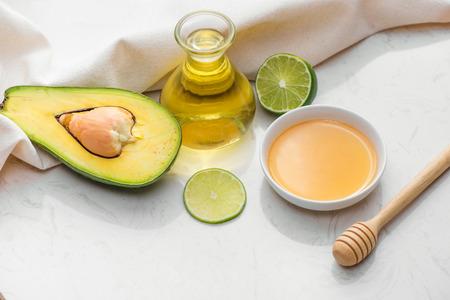 健康食品のコンセプトです。テーブルに新鮮な有機アボカド